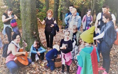 """Sprehod otrok in staršev iz enote Ringa raja v družbi """"Jesenke"""""""